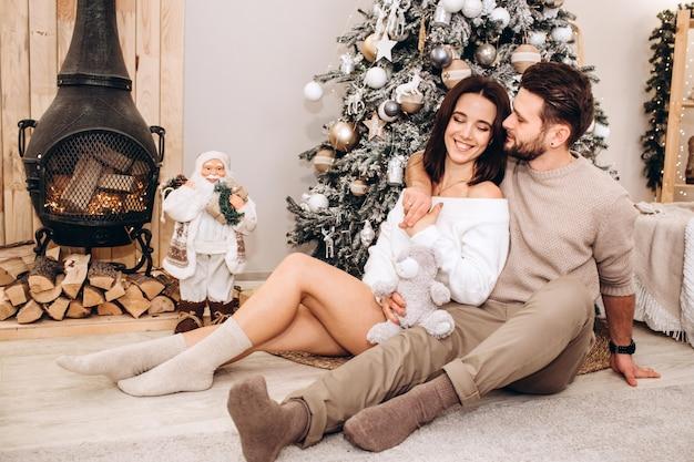 Молодые родители с маленькой дочкой возле елки