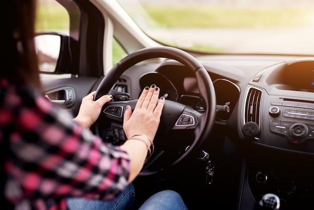 젊은 patientless.beautiful 소녀는 차를 운전하고 honking.