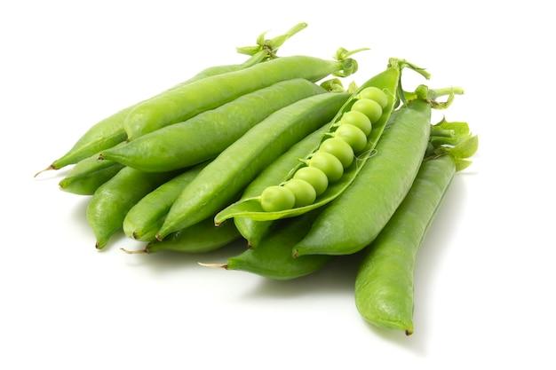 白い背景で隔離の若いエンドウ豆の鞘。フルフォーカス。