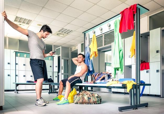 Молодые люди в раздевалке спортзала