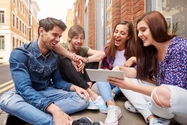 Молодые люди просматривают интернет