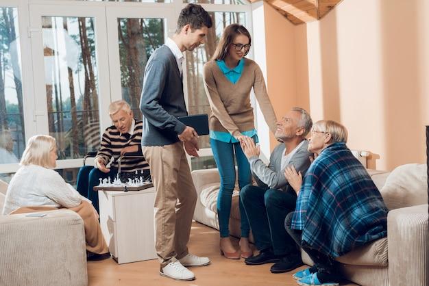 若い人たちが年配の男性と女性を訪ねてきました。