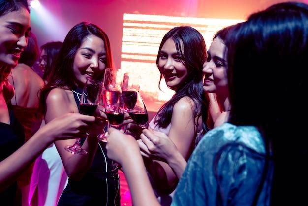 パーティーを祝う若者、飲み物とダンス
