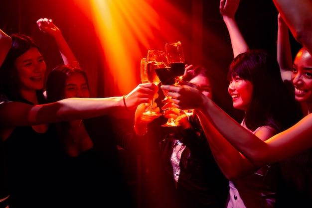 파티, 음료 및 댄스를 축하하는 젊은 사람들