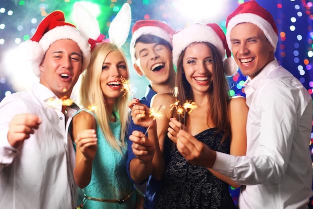 Молодые люди празднуют рождество в клубе