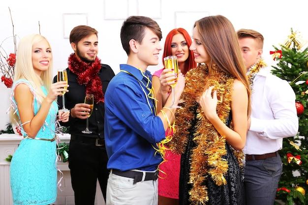 Молодые люди празднуют рождество