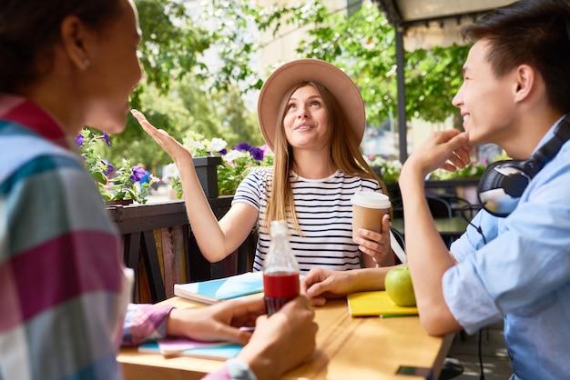 Молодые люди общаются в кафе