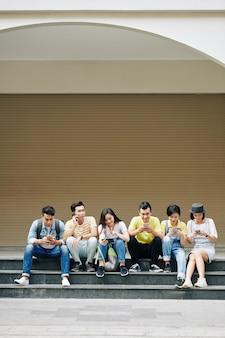 소셜 미디어를 확인하는 젊은 사람들