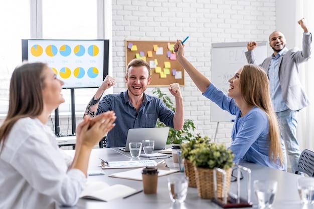 Молодые люди сотрудничают на встрече