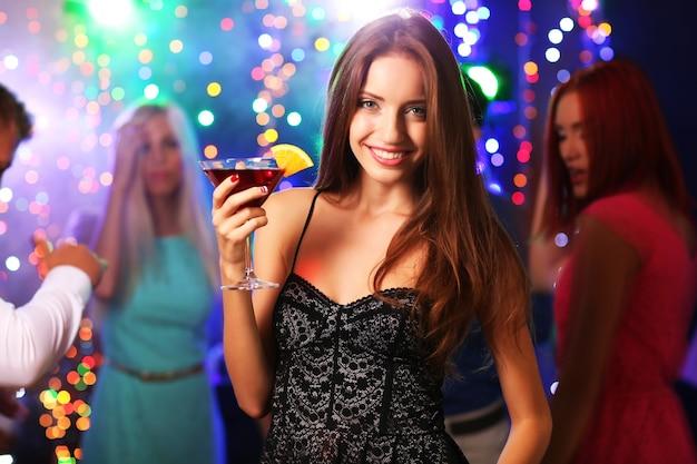 パーティーで踊る若者 Premium写真