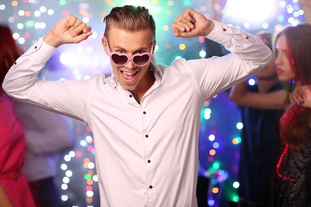 パーティーで踊る若者