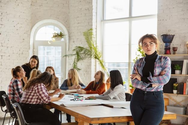 オフィスで女性の権利と平等について話し合う若者たち