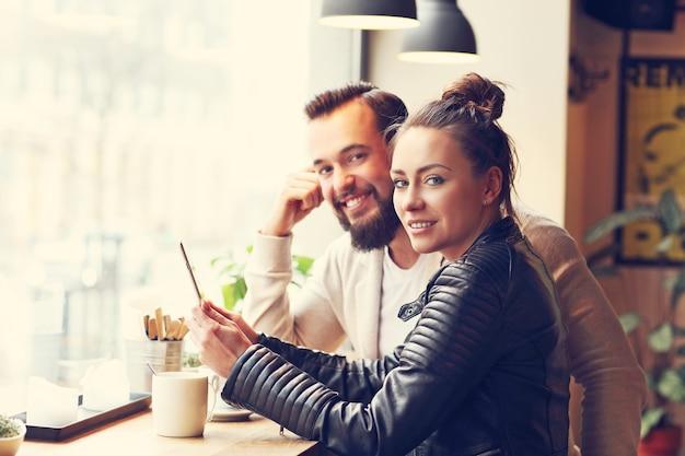 カフェでビジネスをしている若者