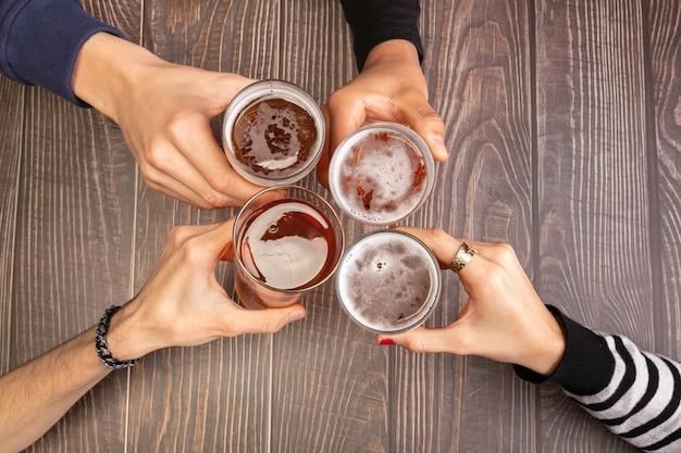ビールを飲みながら楽しい時間を過ごす若者たち