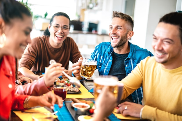 ブランチの食事でビールやジュースを飲む若者