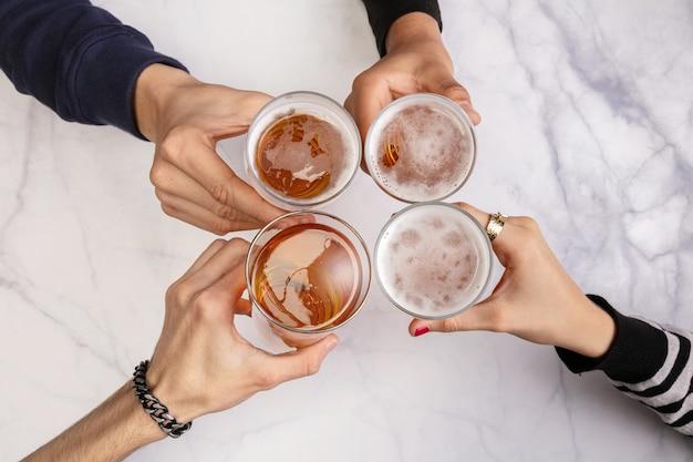 맥주를 마시고 테이블에서 즐거운 시간을 보내는 젊은 사람들