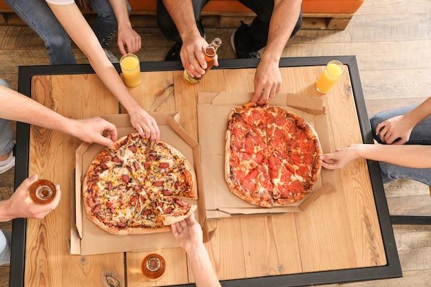 테이블에서 맛있는 피자를 먹는 젊은 사람들, 위쪽 전망