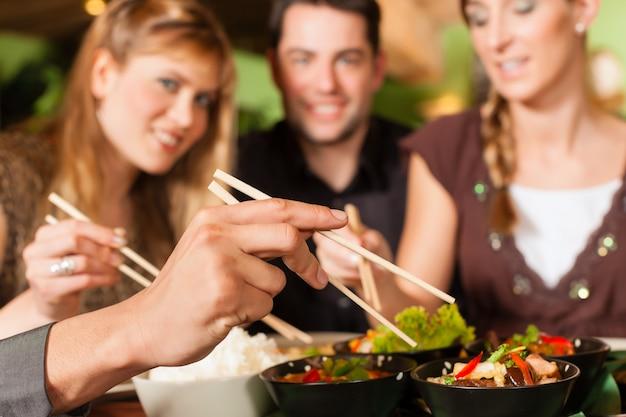 태국 식당에서 먹는 젊은이