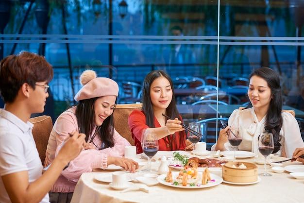 Молодые люди едят вне дома