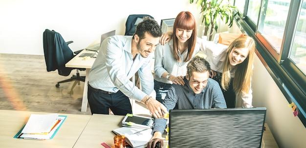 도시 공동 작업 공간 스튜디오에서 창업 비즈니스 회의에서 젊은 직원 동료