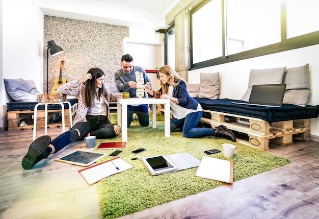Работники молодых людей, перерыв в открытии офиса
