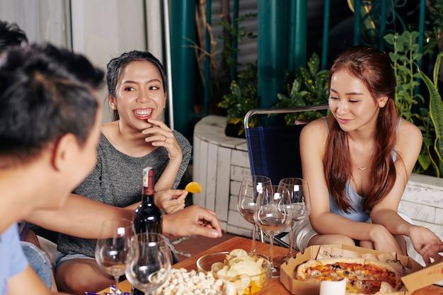 Молодые люди наслаждаются хорошей вечеринкой