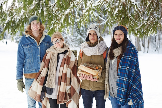 冬のリゾートを楽しむ若者