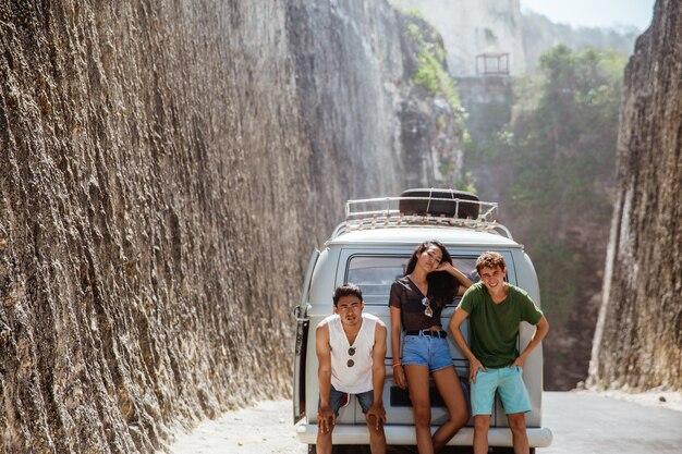 젊은 사람들은 자동차가 고장난 뒤에 피곤하다고 느낍니다.