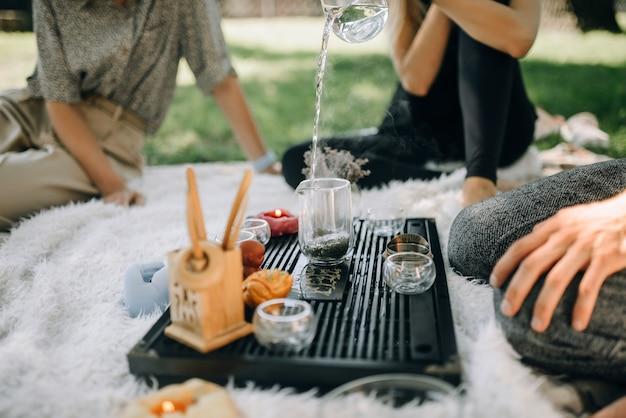 Утром в парке собралась молодежь на чайную церемонию.