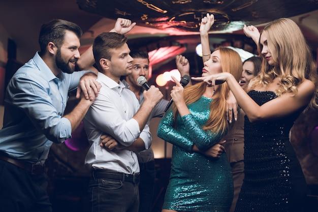Молодые люди веселятся в ночном клубе.