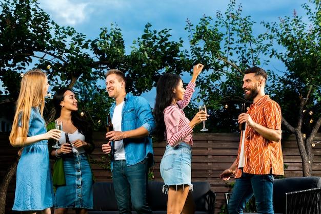 屋外で楽しい時間を過ごしている若者
