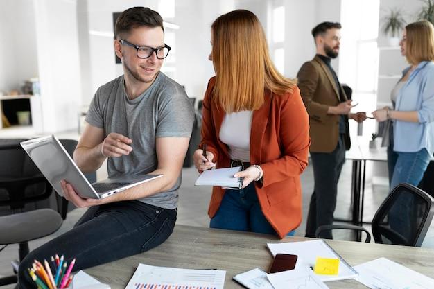 Молодые люди проводят рабочую встречу в офисе