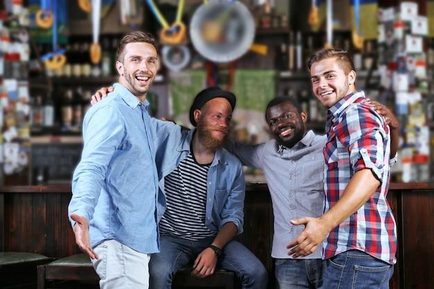 Молодые люди веселятся в баре