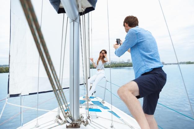 바다 여행 청소년과 여름 휴가 개념 알코올 휴가에서 즐거운 시간을 보내는 젊은이