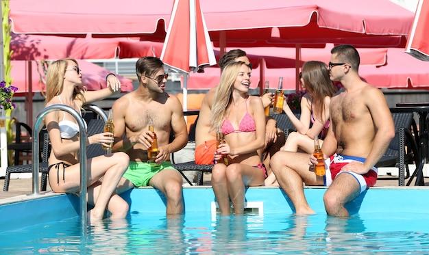 젊은 이들이 수영장에서 재미