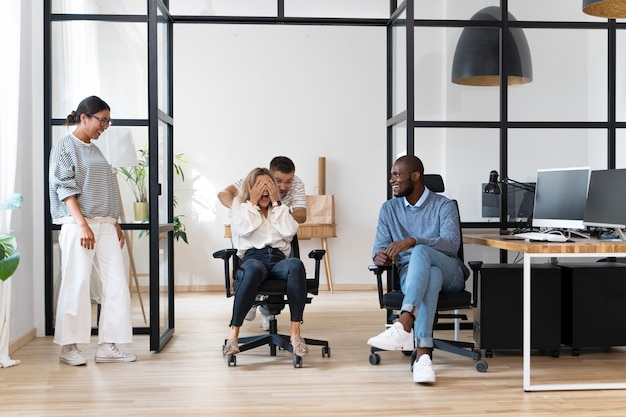 Молодые люди веселятся во время перерыва в работе