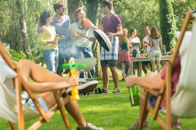 カジュアルなガーデンパーティーで楽しい時間を過ごす若者たち