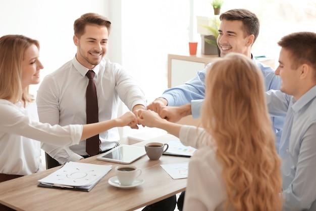 사무실에서 젊은 사람들은 실내에 함께 손을 넣어 착용하십시오. unity 개념