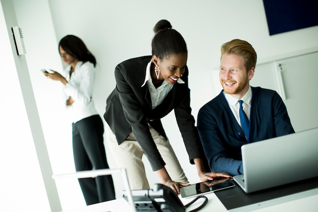 Молодые люди в офисе