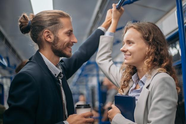 地下鉄の電車の中でお互いを見つめている若者たち。