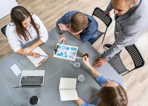 젊은 사람들이 사무실에서 회의
