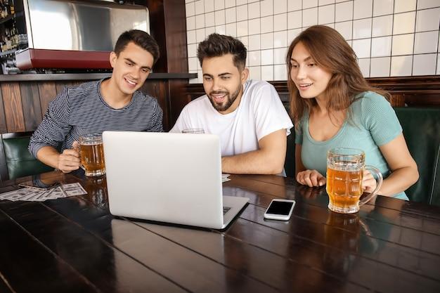 술집에 스포츠 베팅을 배치하는 젊은 사람들