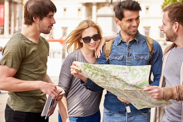 여행을 계획하는 젊은이들