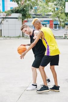 バスケットボールの若者