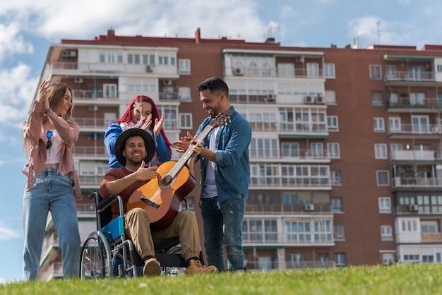 公園でギターを弾く若者