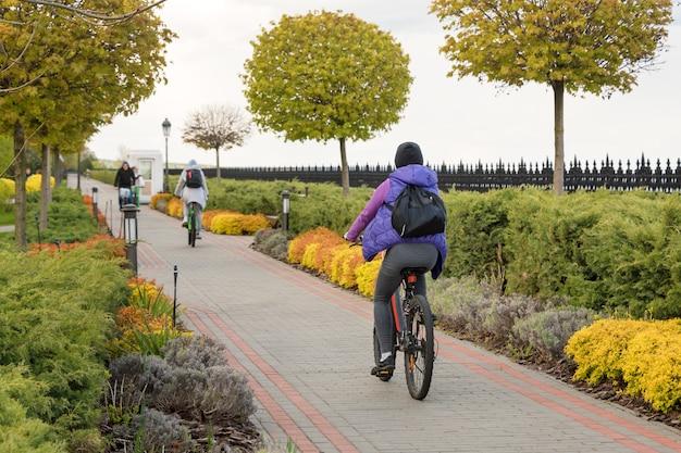 Молодые люди катаются на велосипедах в парке