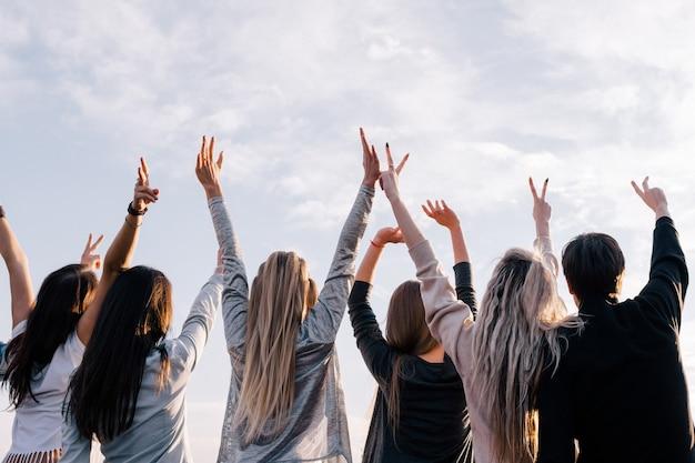 젊은 사람들은 자기 계발. 영적 성장. 좋은 전망, 미래에 대한 믿음, 종교 개념