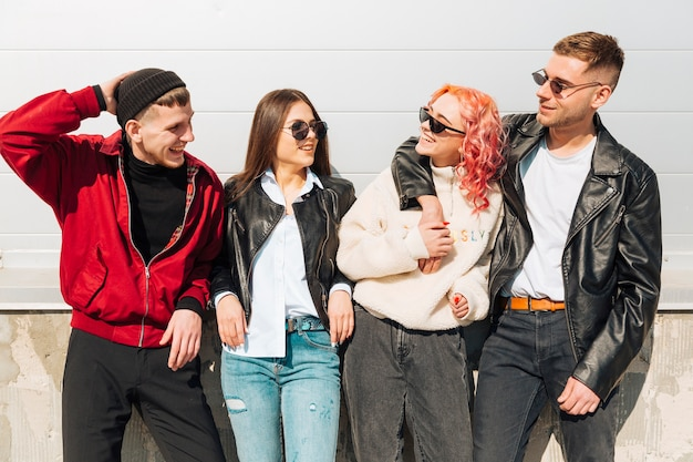 Молодые люди улыбаются и смотрят друг на друга