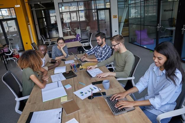 회의실에서 함께 재무제표에 대해 말하는 젊은이들