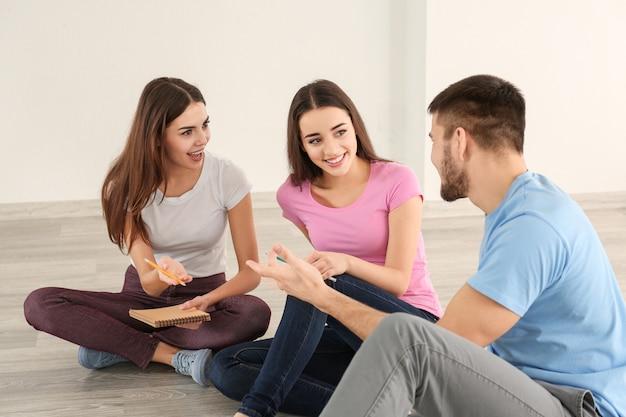실내에서 함께 시간을 보내는 젊은 사람들. unity 개념